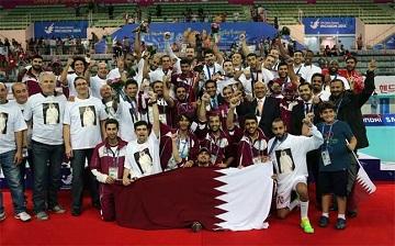 """<優勝を祝うカタール代表チーム>"""" /> アジア大会の男子ハンドボール決勝は、2013年の世界選手権でスペインを優勝に導いたバレロ・リベラ監督率いるカタールと開催国である韓国の対戦となったが、カタールが24-21で勝ち、今年2月にバーレーンで行われたアジア選手権に続き再びアジアの頂点に立った。</p> <p> カタールにとっては、今年行われた2つのアジアでの大会に優勝したことは、 来年1月に自国で開催される世界選手権に向けて大きなはずみとなる。バレロ監督は、「私はここでも、かつてバルセロナで監督をしていた時と同じように仕事をしている。今ではこのチームは、規律、チームワーク、クオリティ全ての面でヨーロッパのチームと何ら変わりはないレベルにある」と述べ、世界選手権で欧州の強豪とも互角に渡り合えるとの手ごたえを覗かせた。</p> <p><span class="""